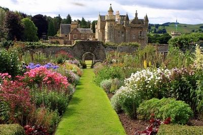Garden at Abbotsfordshire, Melrose, Scotland   photo from catsandwhiskers