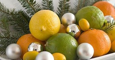 Love this! How simple - fruit, a bit of greenery, a few extra ornaments. You can even eat the fruit after Christmas!