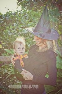 "Love all the ideas on this site for Halloween for moms who ""wear"" their babies! #Babywearing #FamilyCostumes"