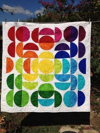 Gorgeous circle quilt. Love the rainbow colors!