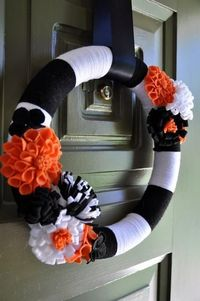 DIY Halloween Decor DIY Halloween Crafts: DIY Halloween Wreath- I love the yarn wreath that I made for Christmas. May just have to make one for Halloween.