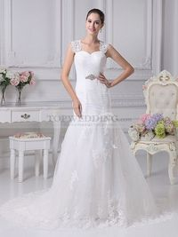 LACE DETAILED MERMAID WEDDING GOWN WITH BROOCH