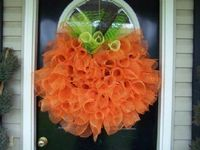 Pumpkin wreath... hmmmm... I'm still on the fence about this one, but somehow I find it fun.