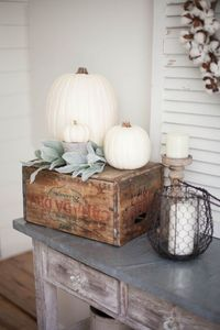 Simple and neutral fall farmhouse dining room decor using natural elements and a mix of textures.