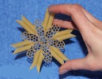 How adorable is this Christmas tree ornament made from pasta?! A fun craft to make with your kiddo