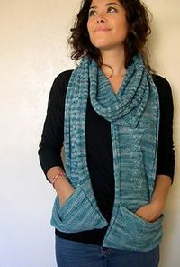 A la French knitting pattern: Deep Sea, a scarf with pockets (écharpe à poches)