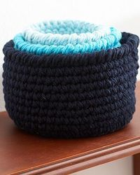 Three sizes, three shades, and infinite uses! These stout little baskets will help you out in every room of the house ~ free pattern �›�