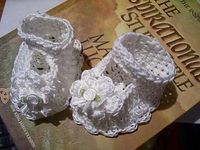 138 Baby Booties, Maryjanes with Flowers ~ free pattern �›�
