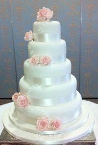 Wedding Cake with Piping and Pink Roses. #Blush #Celebstylewed.