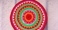 Beautiful potholder in gorgeous colors. ~ free pattern {use google translate}
